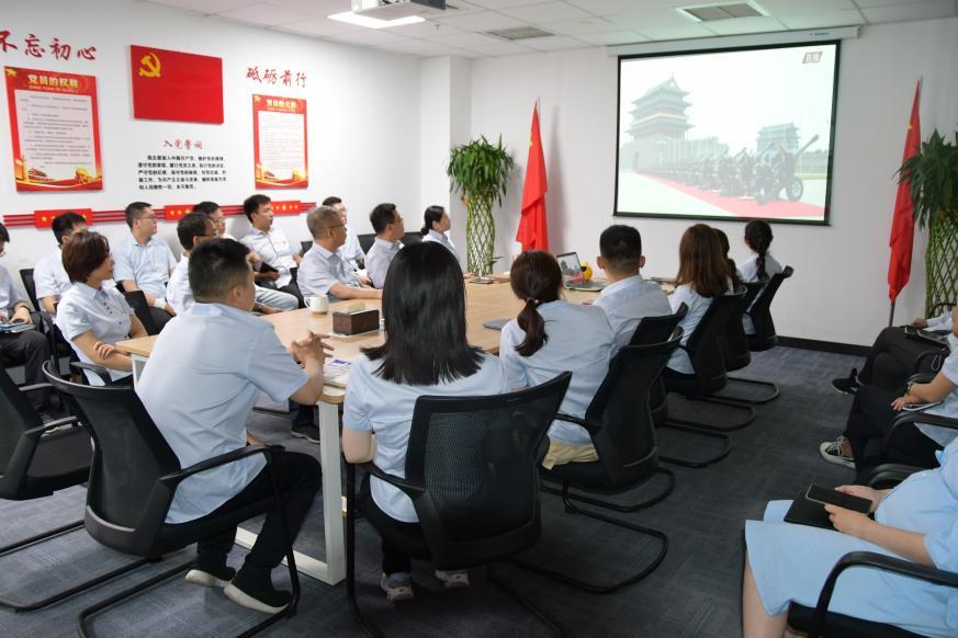 观看中国共产党成立100周年庆祝大会